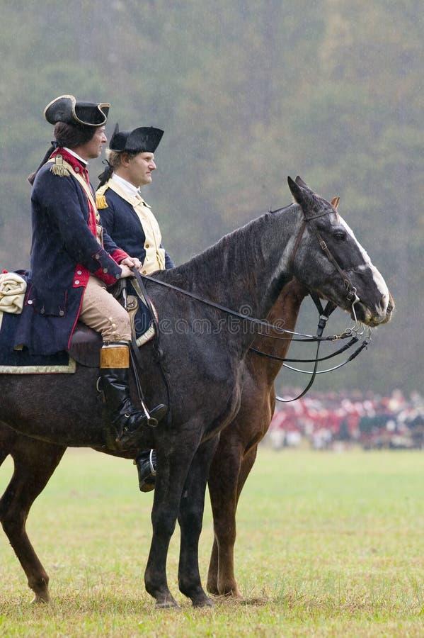 El general Washington y personal revisa a soldados del patriota en el campo de la entrega durante el 225o aniversario de la victo fotografía de archivo