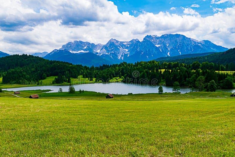 El Geroldsee delante de las montañas bávaras imagenes de archivo