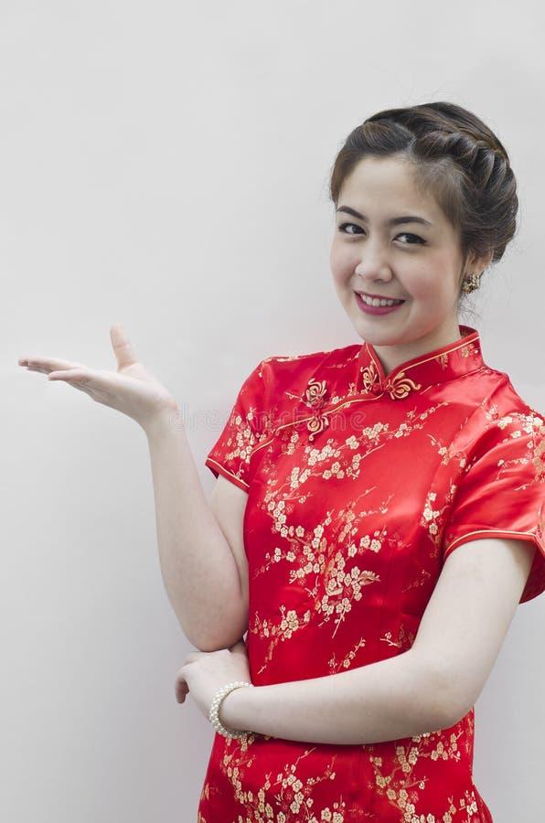 El gesticular chino hermoso sonriente de la mujer joven imagen de archivo