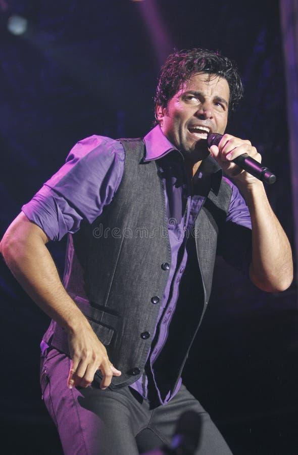 El gesticular latino de Chayanne del cantante de Puerto Rico vivo en vertical de la etapa imagen de archivo libre de regalías