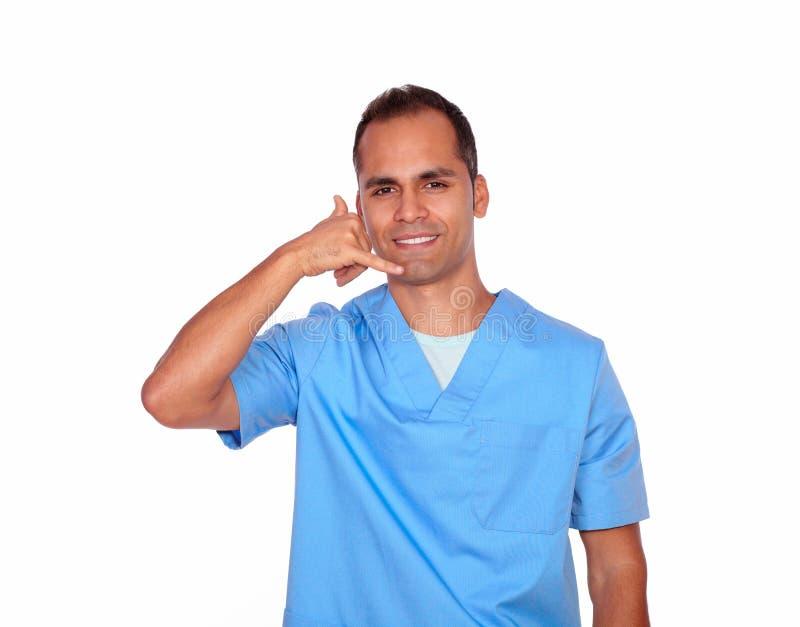 El gesticular masculino encantador de la enfermera me llama con la mano foto de archivo