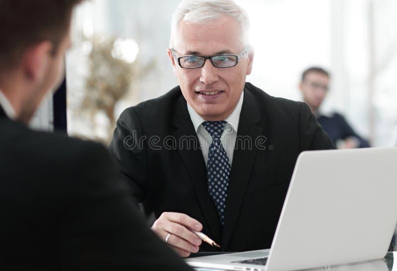 El gestor de proyecto conduce una entrevista con un nuevo empleado fotografía de archivo