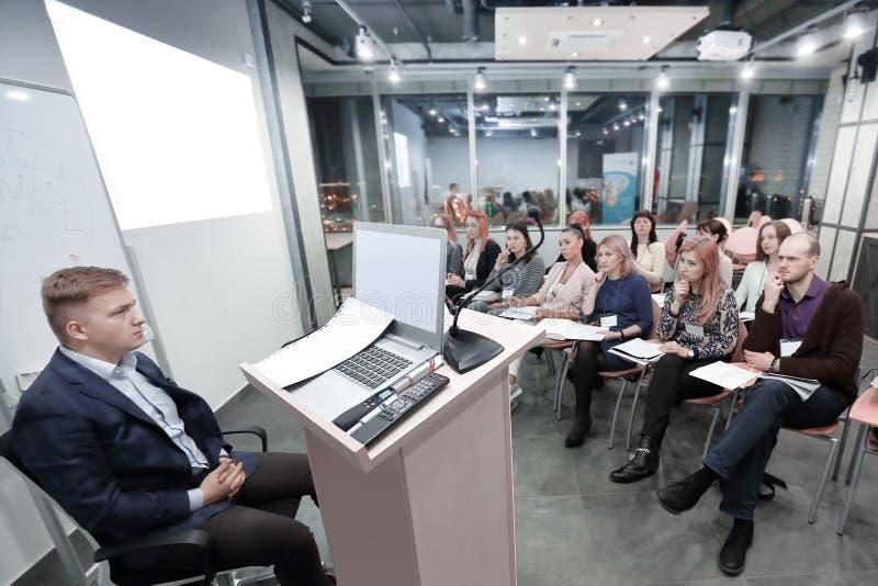 El gestor de proyecto conduce una reuni?n del titulado fotos de archivo