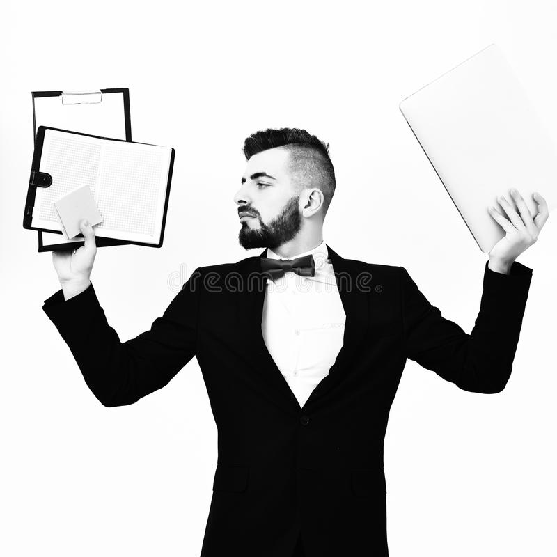 El gestor de proyecto que tiene mirada ocupada sostiene carpetas del clip con el papel imágenes de archivo libres de regalías