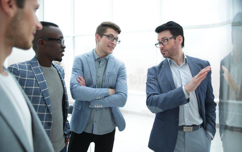 El gestor de proyecto y el equipo del negocio están discutiendo problemas del trabajo fotos de archivo