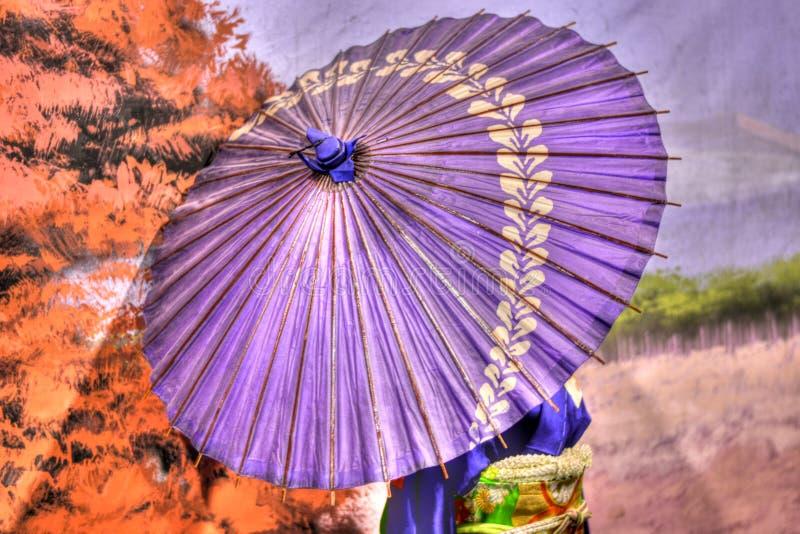 El gheisha que camina con el paraguas púrpura ilustración del vector