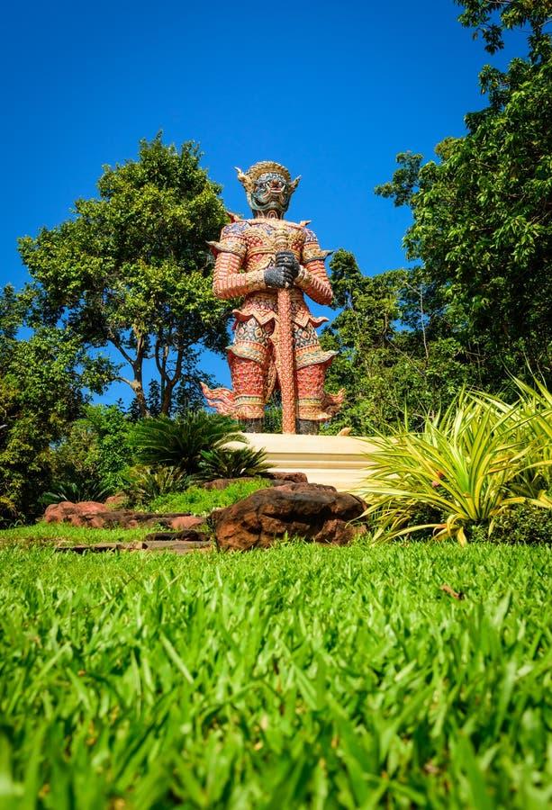 Download El Gigante Grande En El Cielo Azul En Templo Tailandés Imagen de archivo - Imagen de hierba, fondo: 64206557