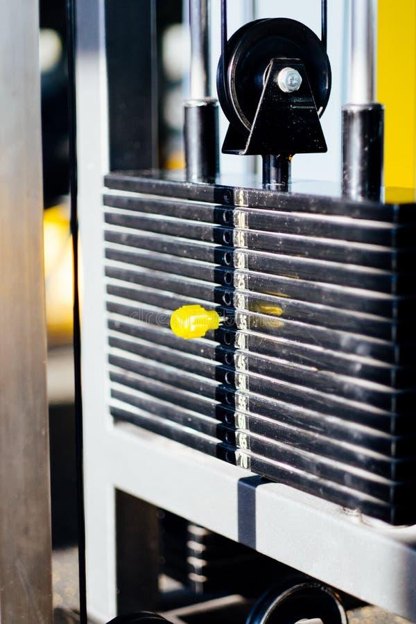 El gimnasio de la aptitud, detalle de la máquina de la porción, carga llano imagenes de archivo