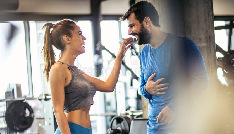 El gimnasio es un lugar donde están las más importantes la salud y la diversión fotos de archivo