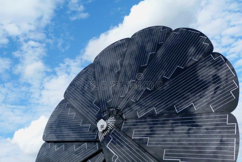 El girasol giratorio formó el detalle del panel solar con el cielo azul fotografía de archivo libre de regalías