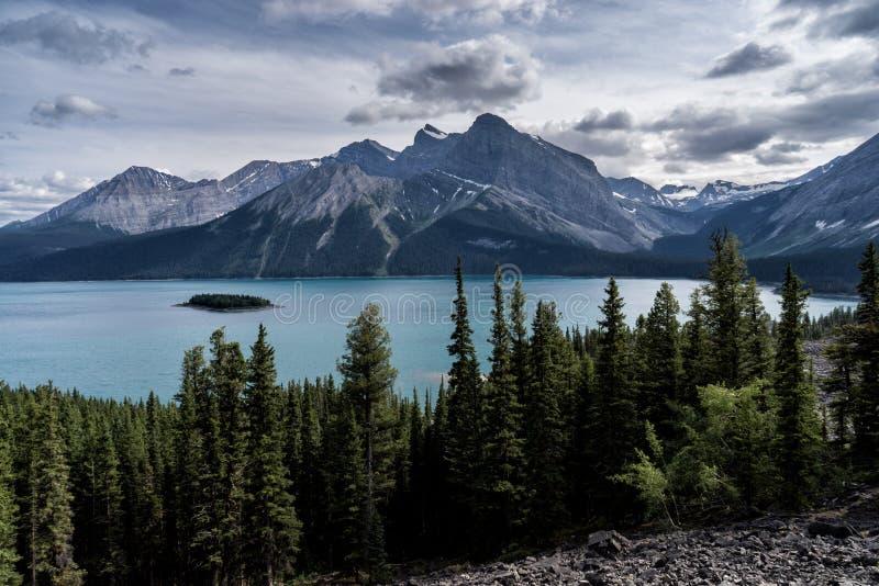 El glaciar cubrió las montañas de Peter Lougheed Provincial Park Lagos Kananaskis, Alberta canadá imágenes de archivo libres de regalías