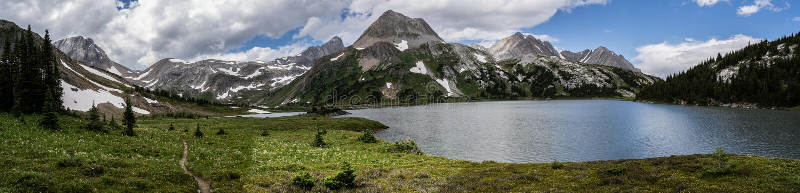 El glaciar cubrió las montañas de Peter Lougheed Provincial Park Lagos Kananaskis, Alberta canadá imagen de archivo