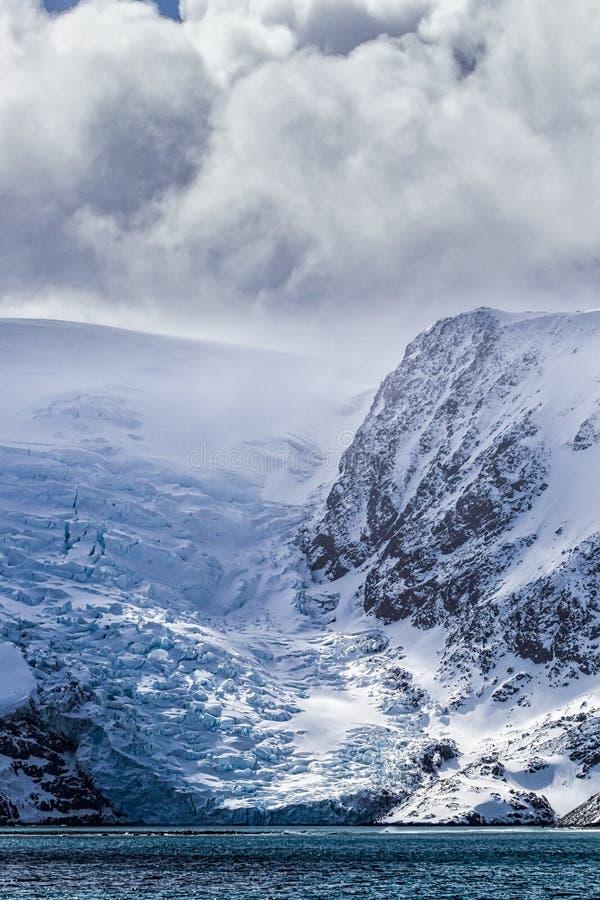 El glaciar de la isla del elefante se arrastra en el mar cerca de la península antártica imágenes de archivo libres de regalías