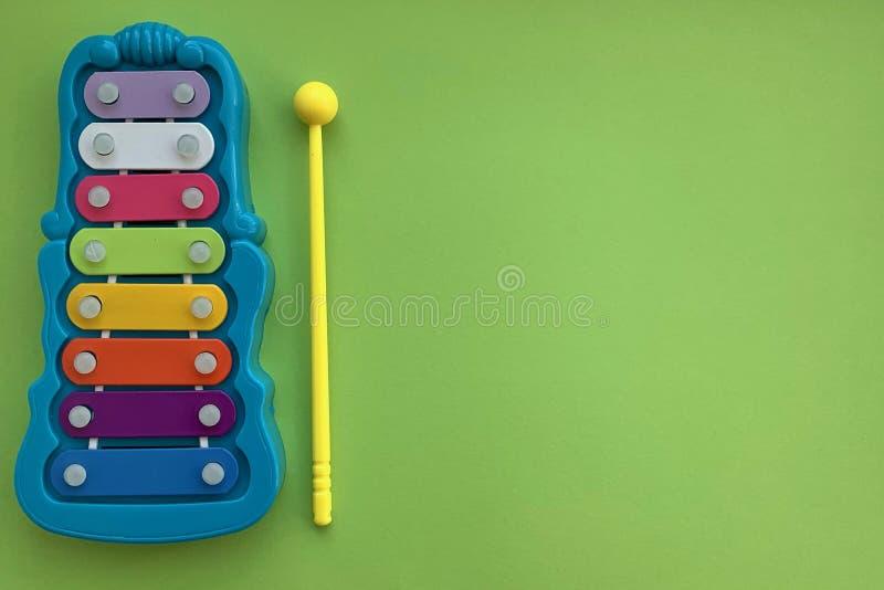 El Glockenspiel es un instituto de la música de los niños Un juguete imagen de archivo libre de regalías