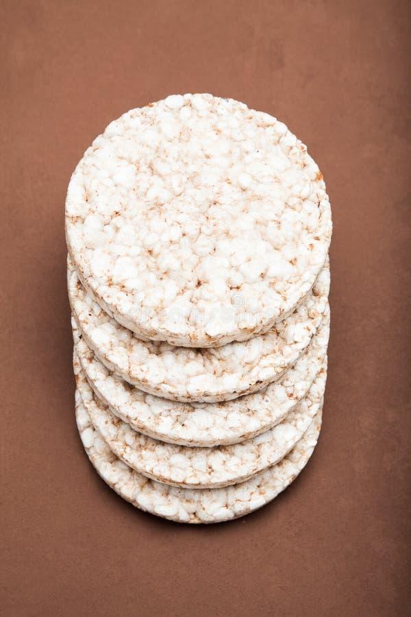 El gluten libera la comida Arroz curruscante en fondo marrón imagenes de archivo