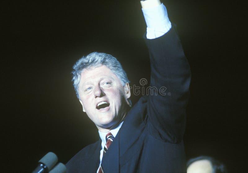 El gobernador Bill Clinton habla en una reunión de la campaña de Kentucky en 1992 en su día final de hacer campaña en Paducah, Ke foto de archivo