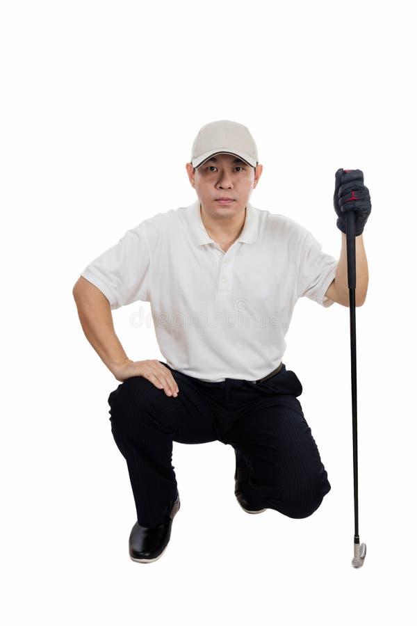 El golfista de sexo masculino chino asiático que apuntaba para el suyo puso el tiro imagen de archivo libre de regalías