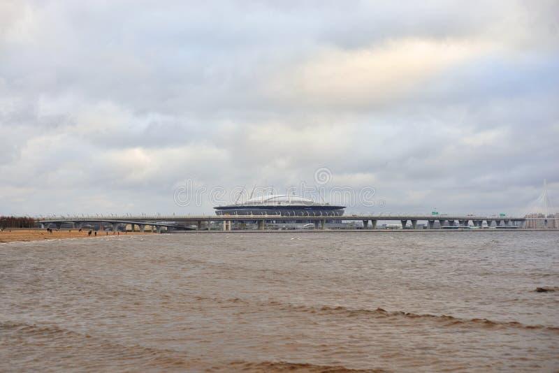El golfo de Finlandia del mar Báltico y del nuevo estadio St Petersburg fotos de archivo