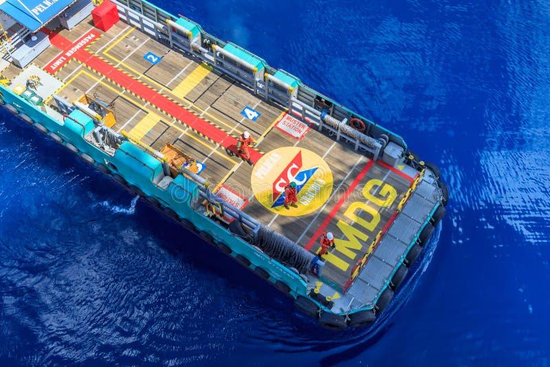 plataforma petrolera costa afuera con los barcos de la fuente  foto de archivo