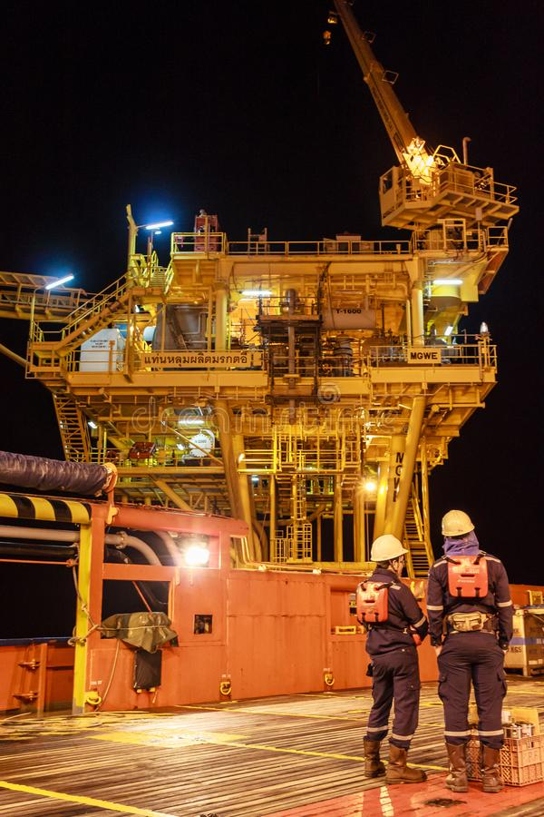 EL GOLFO DE TAILANDIA, SEPTIEMBRE 29,2017: Trabajador costero del petróleo y gas foto de archivo