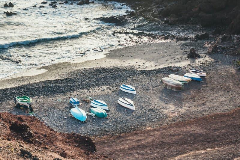El Golfo med fiskebåtar på stranden, Lanzarote ö, Spanien royaltyfria bilder