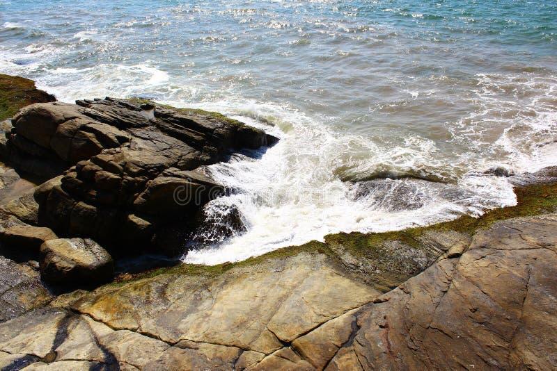 El golpe de las ondas contra las rocas en el hotel Saman Villas foto de archivo libre de regalías
