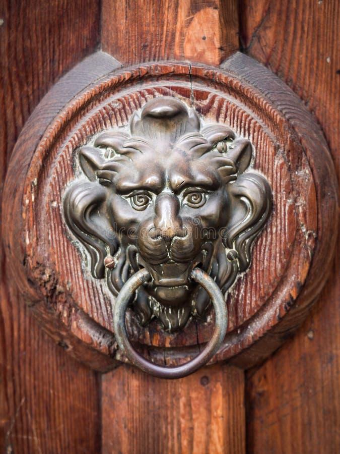 El golpeador de puerta antiguo formó la cabeza del ` s del león fotos de archivo libres de regalías