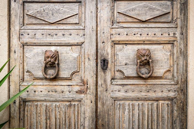 El golpeador de puerta antiguo formó la cabeza del ` s del león fotos de archivo