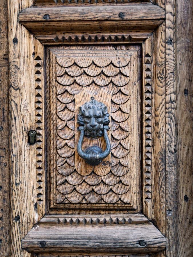 El golpeador de puerta antiguo formó la cabeza del ` s del león imagenes de archivo