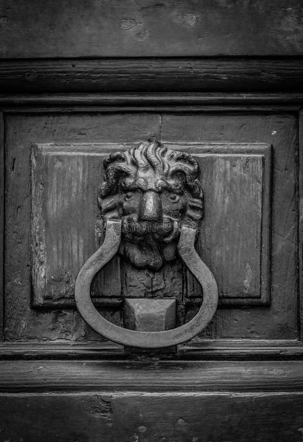El golpeador en la puerta de madera vieja fotos de archivo