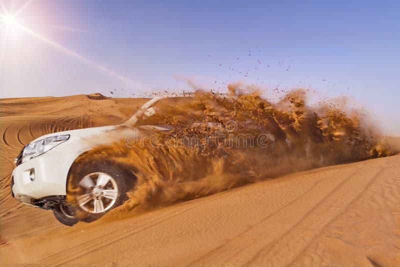 El golpear de la duna de SUV imagen de archivo libre de regalías