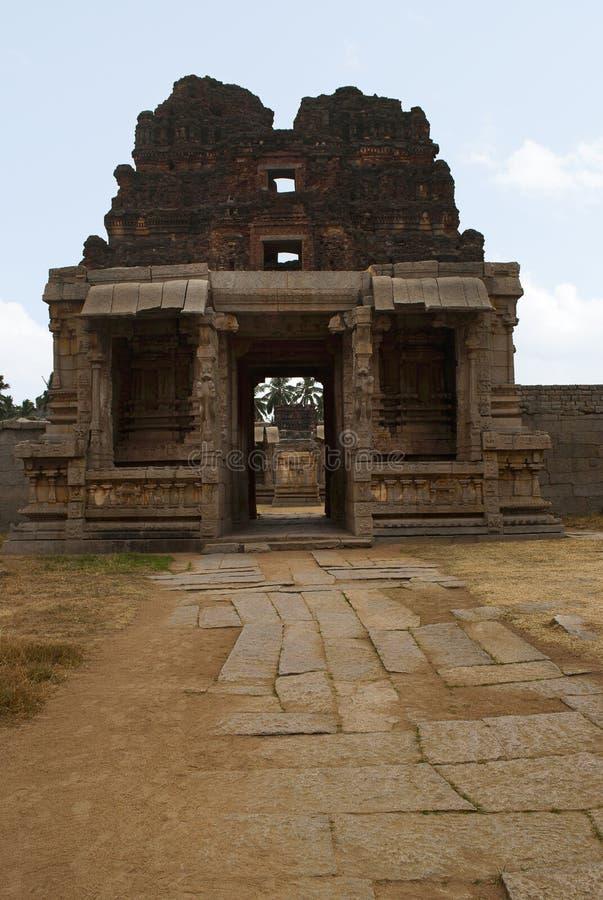 El Gopura del norte del patio interno, una entrada al templo de Achyuta Raya, Hampi, Karnataka Centro sagrado Visión desde el nin imagen de archivo