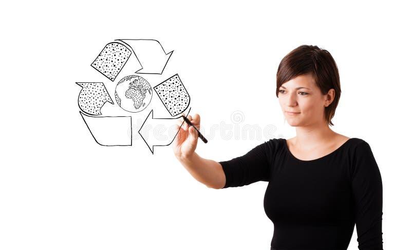 El gráfico de la mujer joven recicla el globo en whiteboard fotografía de archivo libre de regalías