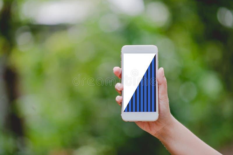 El gráfico de negocio de las manos y de los teléfonos pone verde conceptos de la tecnología de la naturaleza imagen de archivo