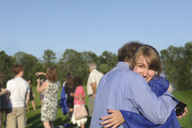 El graduado abraza a su papá después del comienzo imagenes de archivo