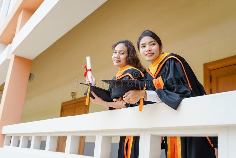 El graduado de la universidad recibe el certificado del grado fotografía de archivo libre de regalías