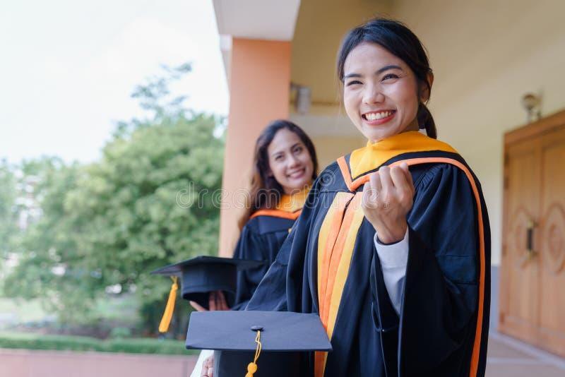 El graduado de la universidad recibe el certificado del grado foto de archivo libre de regalías