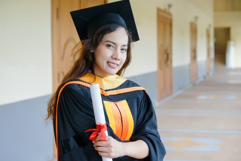 El graduado de la universidad recibe el certificado del grado fotos de archivo