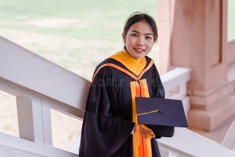 El graduado de la universidad recibe el certificado del grado imágenes de archivo libres de regalías