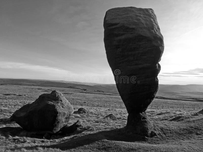 el gran bridestone que una formaci?n de roca monol?tica natural grande en la paramera de West Yorkshire cerca todmorden en sombra fotografía de archivo libre de regalías