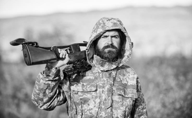 El gran juego de la caza requiere t?picamente la etiqueta que cada animal cosech? La experiencia y la pr?ctica presta la caza del fotografía de archivo