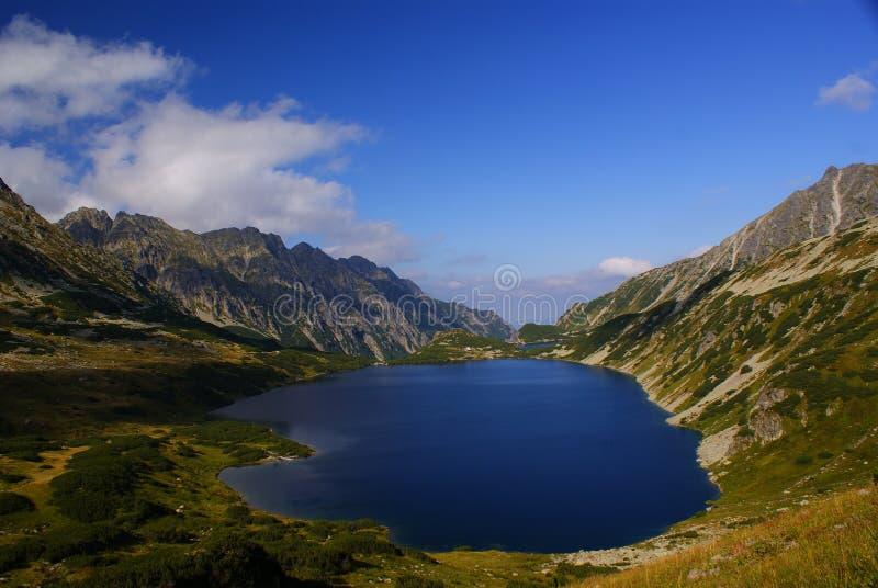 El gran lago en el valle polaco de los cinco lagos foto de archivo