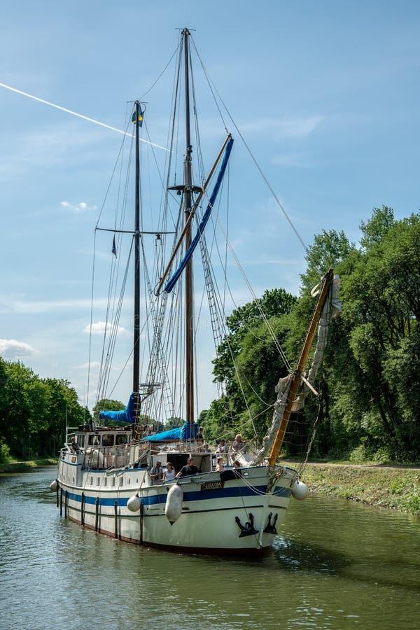 El ` grande de Shalom del ` del barco de navegación en el canal de Gota en Suecia fotos de archivo libres de regalías