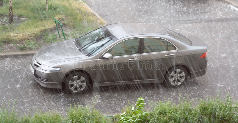 El granizo de la lluvia del coche foto de archivo
