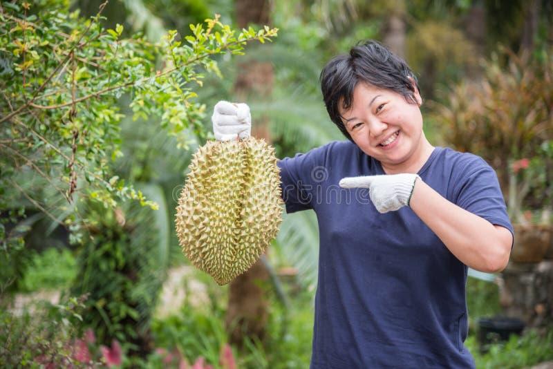 El granjero asiático que sostiene el Durian es rey de la fruta imagen de archivo
