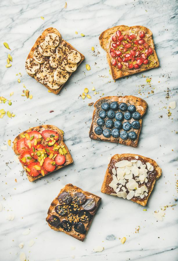 El grano entero del vegano tuesta con la fruta, semillas, nueces, visión superior fotos de archivo