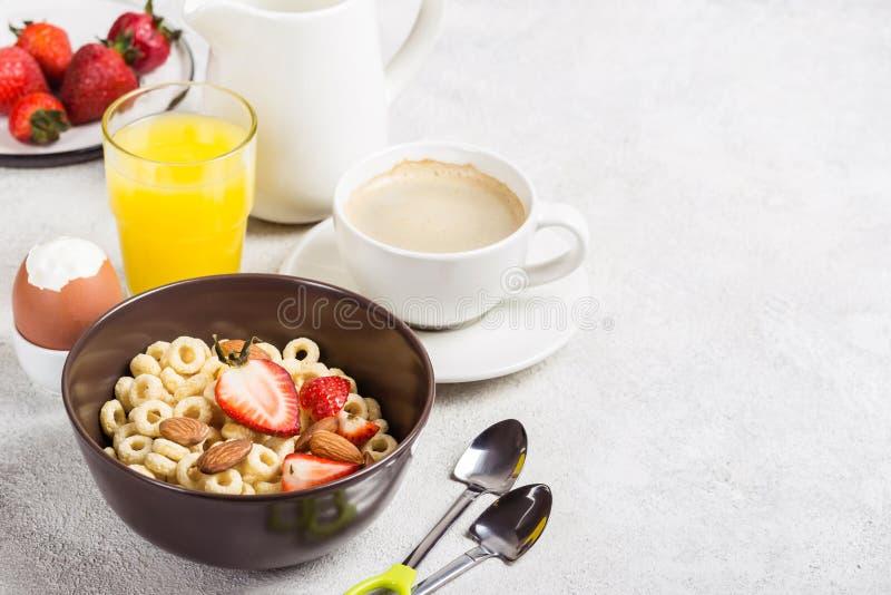 El grano entero suena cheerios, el café, el zumo de naranja y el huevo Desayuno tradicional equilibrado imágenes de archivo libres de regalías