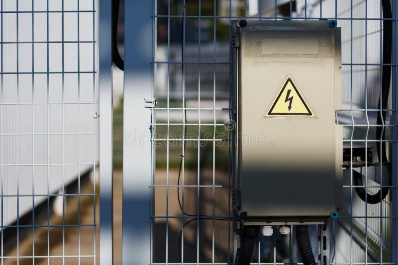 El gris articuló la unidad en la pared, aleta eléctrica, muestra de la fuente de alimentación del peligro imagenes de archivo