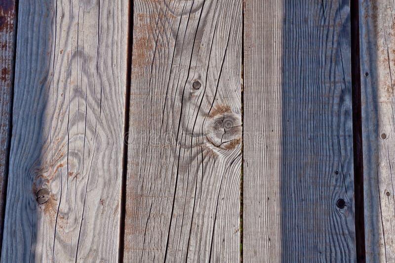 El gris resistió a los tablones de madera de un paseo marítimo foto de archivo libre de regalías