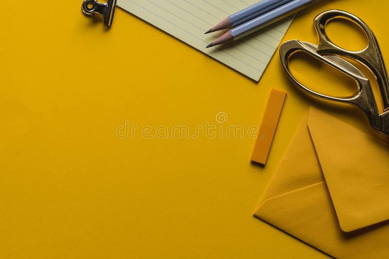 El gris scissor con el sobre y los lápices fotografía de archivo libre de regalías